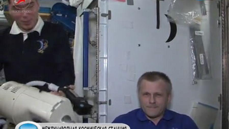 Как подстричь волосы в условиях невесомости? Вместе или отдельно смотрят космонавты фильмы?